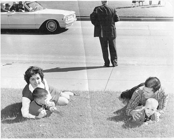 595px-dealey_plaza_on_november_222c_1963_after_the_assassination_of_us_president_john_f-_kennedy